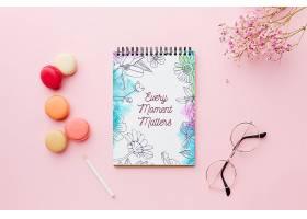 带有鲜花和马卡龙的笔记本的俯视图_70117950102
