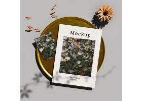 带花和花瓣的金色托盘上的卡片俯视图_73458730102