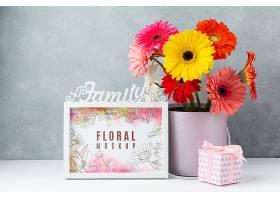 带相框和礼物的雏菊花束的正视图_102955290103