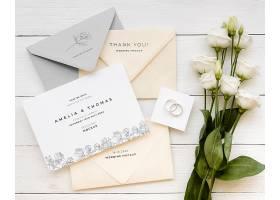 带着玫瑰花的结婚贺卡俯瞰_79657000102