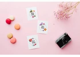 带鲜花和相机的卡片的俯视图_70117960102