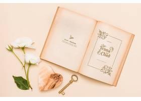 平摊开着的书上面有玫瑰花和钥匙_85733950102