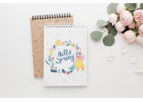 平铺的笔记本上面有春天的玫瑰花_70117680102