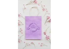 平铺花卉和纸袋摆放_94272090102