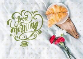 床上早餐有牛角面包和鲜花_55908530102