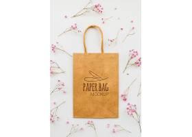 俯瞰鲜花和纸袋布置_94272140102