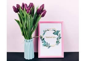 带有郁金香花束的粉色弹簧框架样机_41368550102