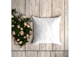 木地板上铺有装饰玫瑰的白色枕套样机_82631540102