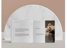 打开带有鲜花的编辑杂志样机的书_94718890102