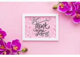 框架样机和粉色背景上的花朵的俯视图_55760850102