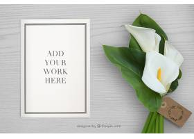 桌面上有纸质样机和鲜花供您工作_8745440102