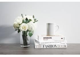 装有鲜花马克杯和堆放书籍的花瓶_82445180102