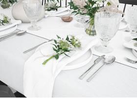 餐桌用餐具和装饰品准备就餐的细节_70430940102