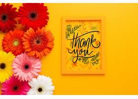 黄色背景上平铺的框架和花朵图片