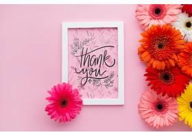 框架和花朵的俯视图背景为粉红色_55760740102