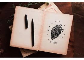 用钢笔和鲜花铺成的平坦的书架_85734470102