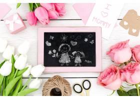 用黑板画和鲜花祝母亲节快乐_77727750102