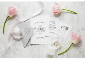 带有信封和鲜花的结婚卡片的俯视图_79390770102