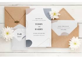 带有信封和鲜花的结婚卡片的俯视图_79657100102