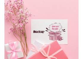 带有包装好的礼物和鲜花的模拟可爱卡片_103730480101