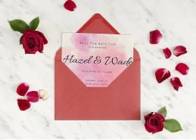 婚礼请柬装在一个装有玫瑰花的信封里_70734030102