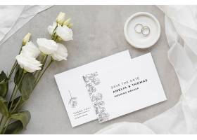 带有戒指和玫瑰花的结婚卡片的俯视图_79657170102