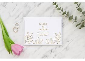 带有戒指和郁金香的结婚卡片的俯视图_79657370102