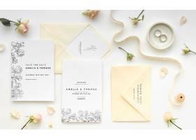 带有戒指和鲜花的结婚卡片的俯视图_79657080102
