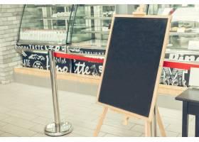 餐馆的空黑板_99783701