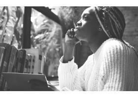 留着浓密卷发的黑人妇女肖像_276918501