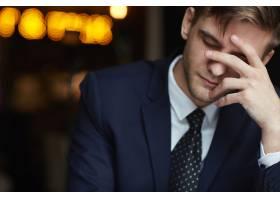 疲惫的男人在咖啡馆等着_539906901