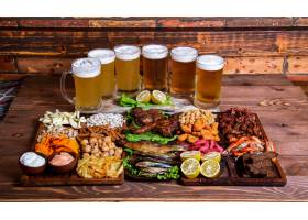 各种带啤酒杯的零食和坚果_614385901