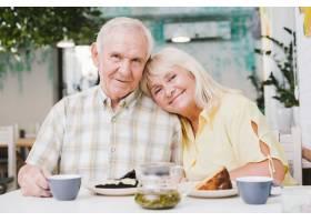 恩爱的老年夫妇喝茶吃蛋糕_516220701