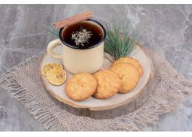 放在木板上的饼干配上柠檬片和一杯闪闪发_1239739401