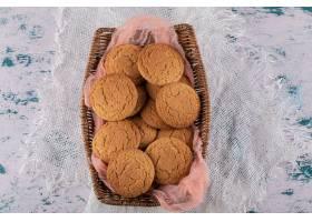 放在木篮里的燕麦饼干放在粉红色的厨房毛_1152721001