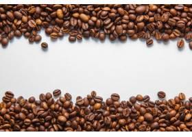 文本的白色背景空间上的咖啡豆俯视图_806069201
