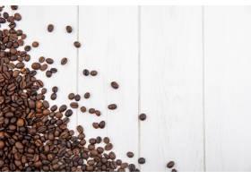 新鲜烘焙咖啡豆的俯视图隔离在白色木制背_1022977901