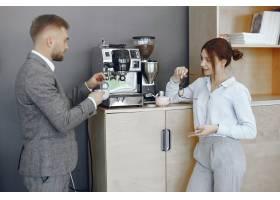 办公室里的生意人和女人在大公司的走廊里_1070336601