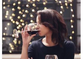 餐厅里的女人喝着酒杯_907733401