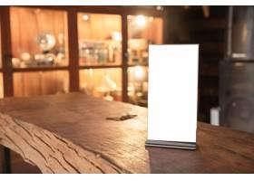 立在木桌上的菜单框_501690701