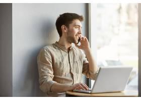 快乐迷人的剃头男坐在共同办公的地方在笔_846708701