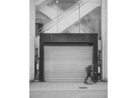 大门紧闭的商场_1130975301