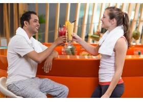 女人和男人在酒吧里用果汁敬酒_982731