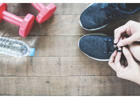 活动女手带运动和健身器材平放在木地板_1199219