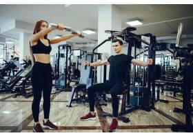 晨间健身房里的体育情侣_4552196