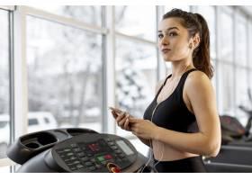 在跑步机上活动的低角度女性_6690189