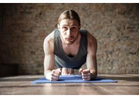 认真强壮的健身房运动员进行瑜伽运动锻炼_8196097