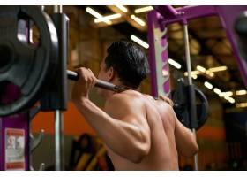 健身房内裸露上身举重运动员的背部视图_5698746