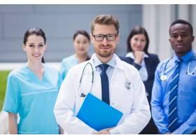 一队医生一起站在医院内_9597161图片