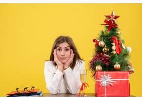 前景女医生坐在她的桌子前黄色背景上放着_11800208